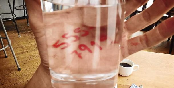 2. un-poisson-s-est-faufile-dans-le-verre-d