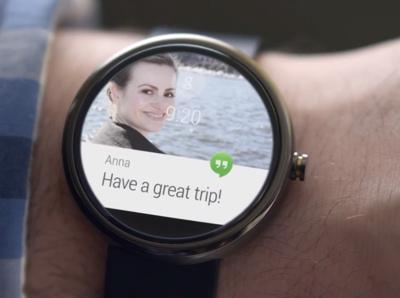 Des messages et des mises à jour des médias sociaux apparaîtront sur votre poignet. Vous pourrez répondre en parlant à voix haute à votre montre
