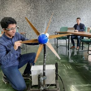 Saint-Nazaire : À l'IUT, des lunettes connectées pour suivre à distance leséoliennes